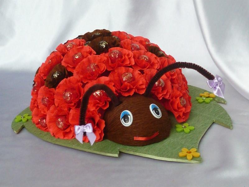 Божья коровка из цветов из гофрированной бумагой и конфет
