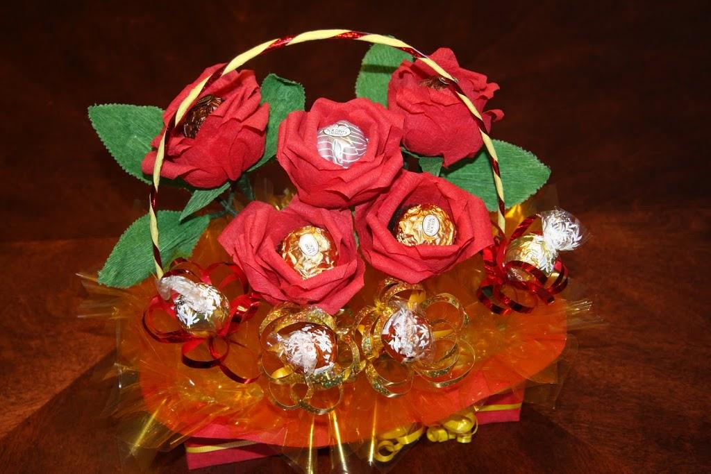 Цветы из крепа в корзинке с конфетами в основании