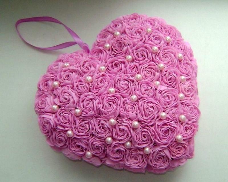 Объемное розовое сердце из цветов и бусин