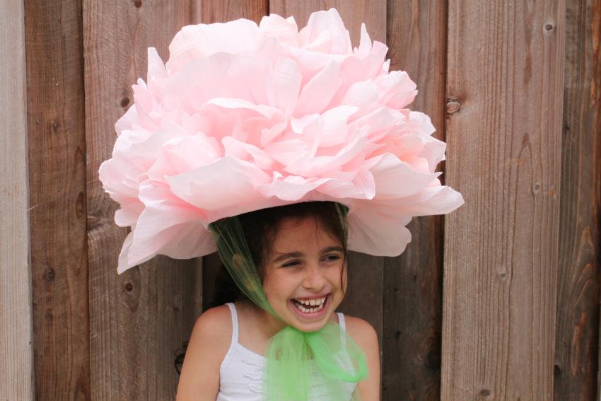 Шляпа в виде цветка из гофрированной бумаги