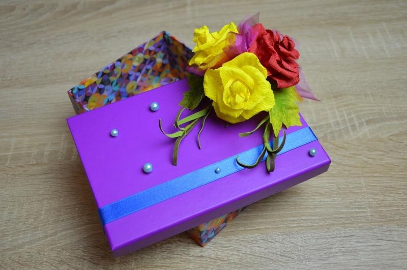 Украшение подарочной коробки цветами из гофрированной бумаги