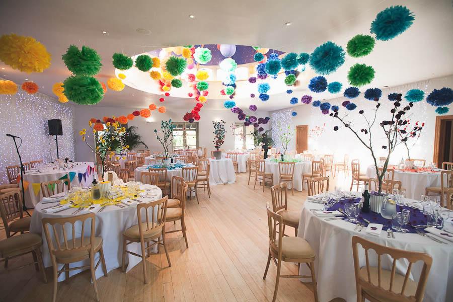 Украшение зала бумажными цветами и гирляндами