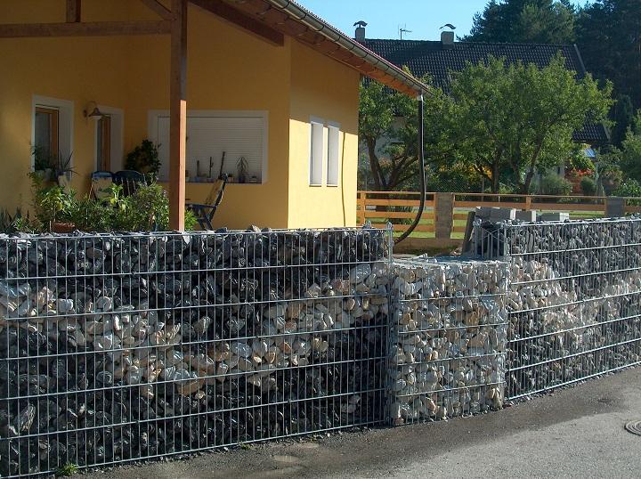 Оригинальный забор для дачного участка из габионов