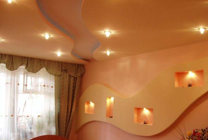 Волнообразные фигуры на потолке
