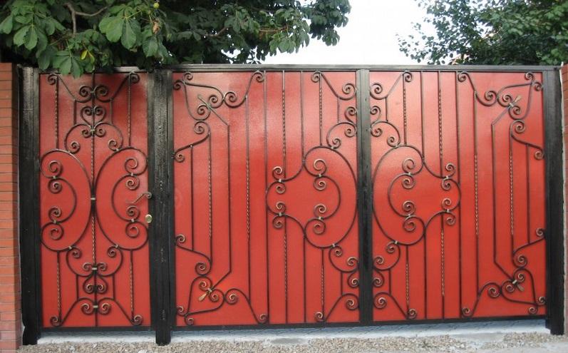 Бюджетные ворота из профнастила с элементами ковки