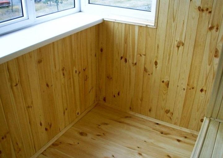 Интерьер балконного пространства после теплого остекления
