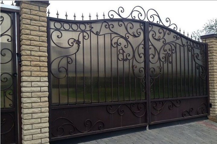Массивные кованые ворота с комбинированным заполнением створок