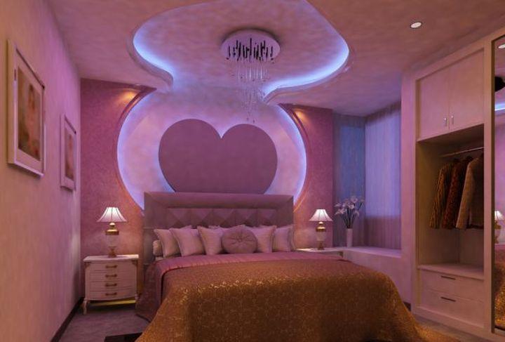 Плавные линии потолка в спальне