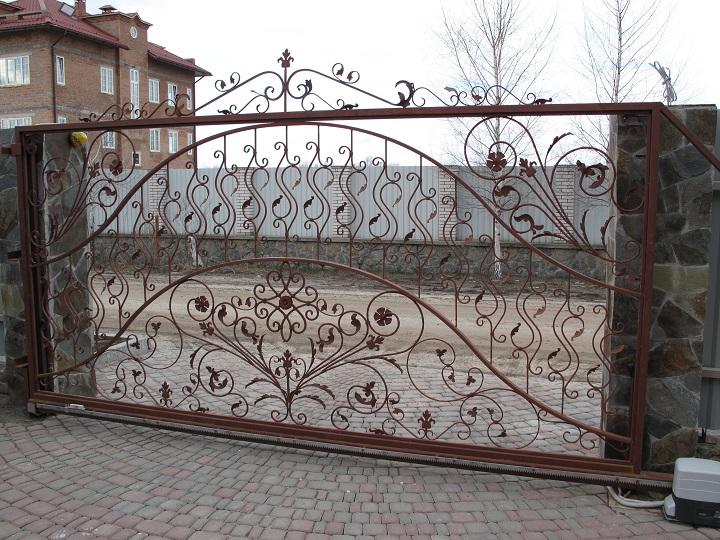 Сдвижные ворота с равномерным заполнением створки крупноформатными и мелкими коваными элементами
