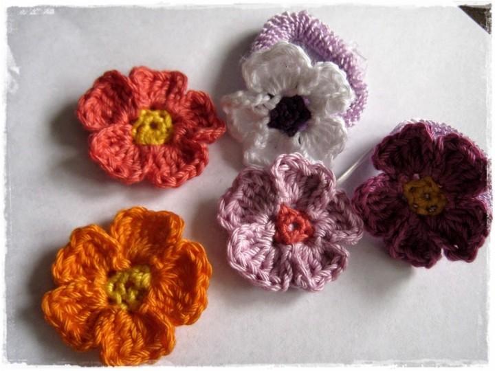 Простые цветы, связанные крючком