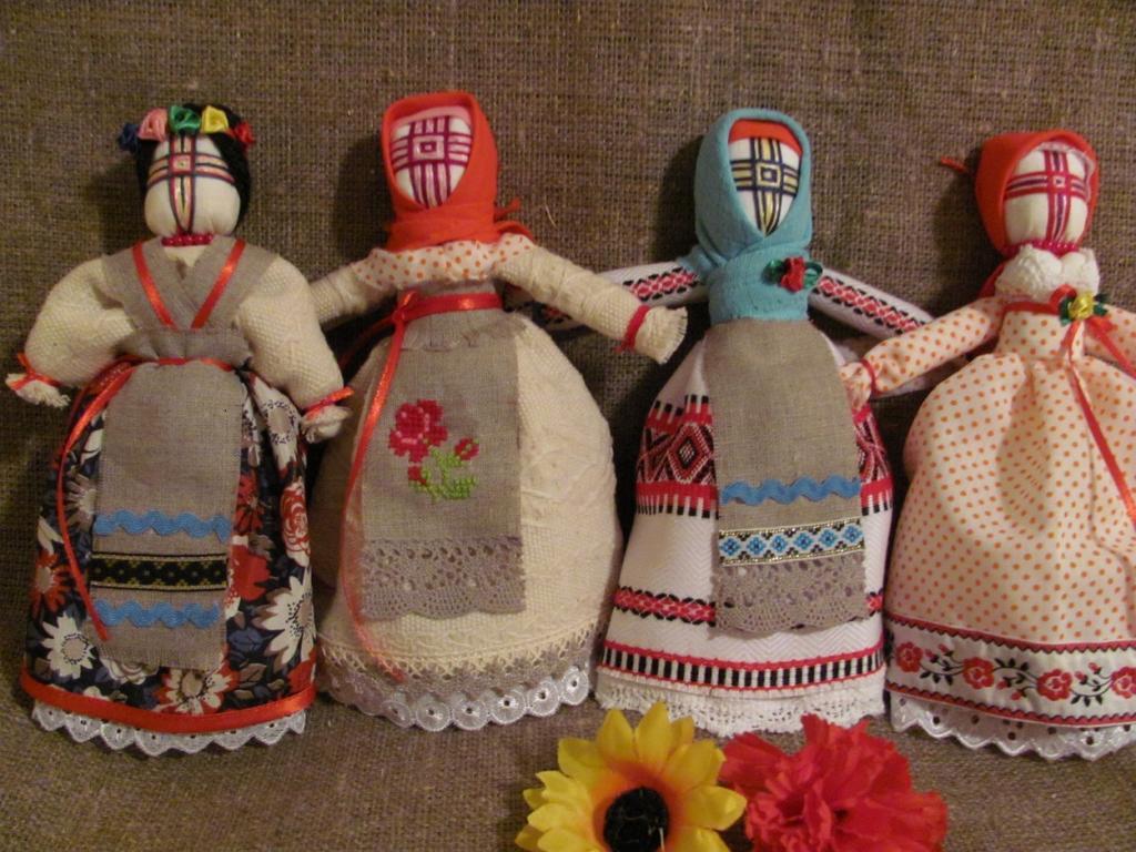 Украшение лица куклы - мотанки тесьмой крестом
