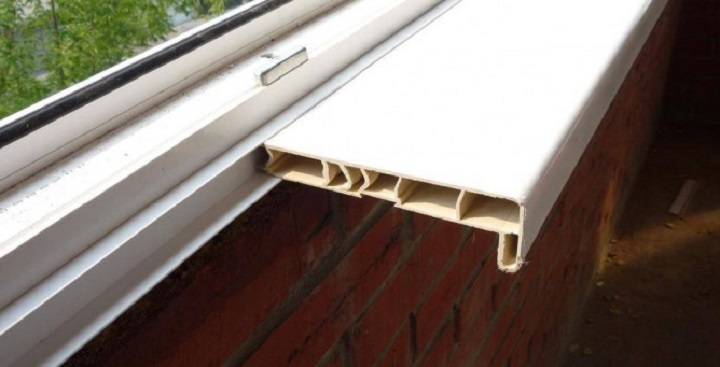Установка подоконников на пластиковые окна.
