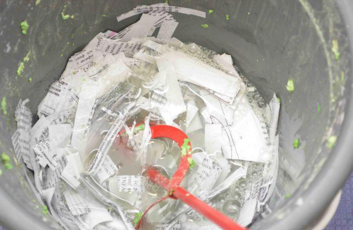Получение перемешиванием замоченной бумаги целлюлозы для жидких обоев