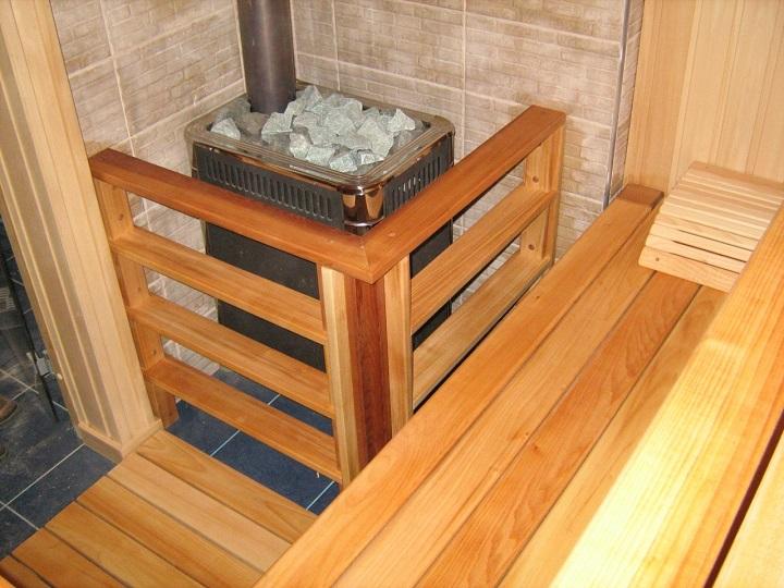 Защита банной печи деревянными перилами для безопасной эксплуатации
