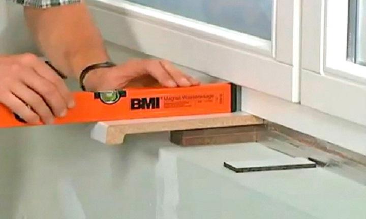 Пластиковые позиционирующие прокладки при установке ПВХ подоконника