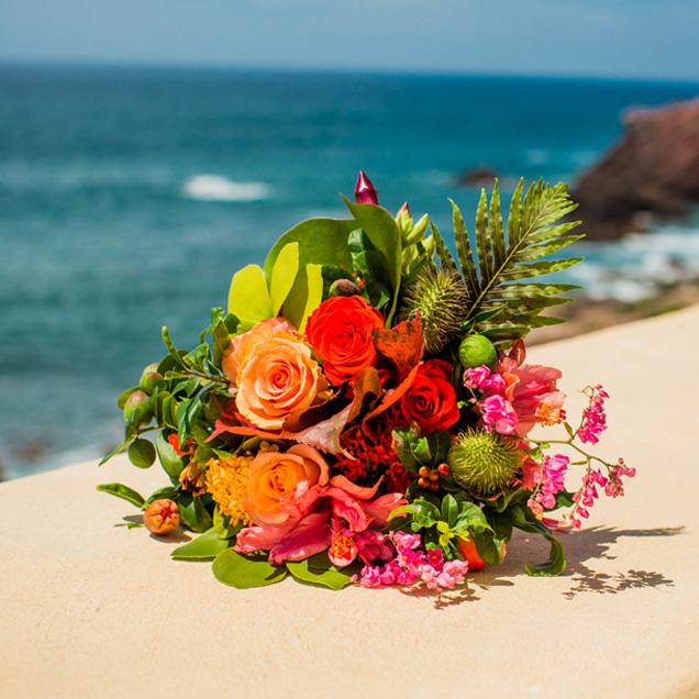 Композиция с тропическими цветами