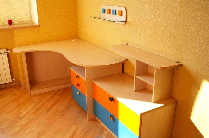 cтол в детской комнате