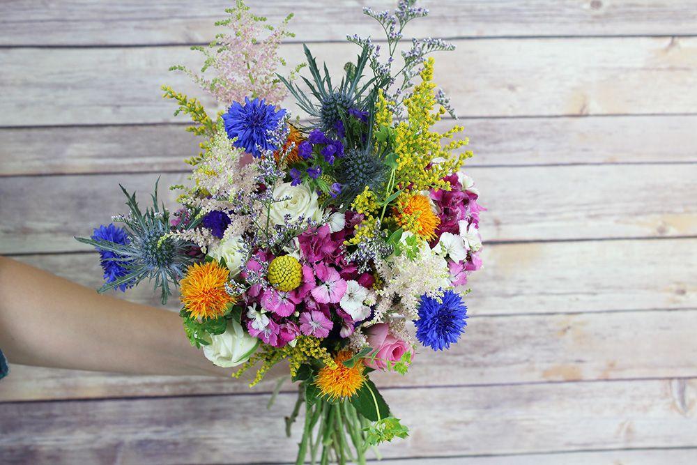 Буйство красок в букете из полевых цветов