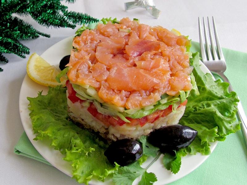Салат, украшенный красной рыбой