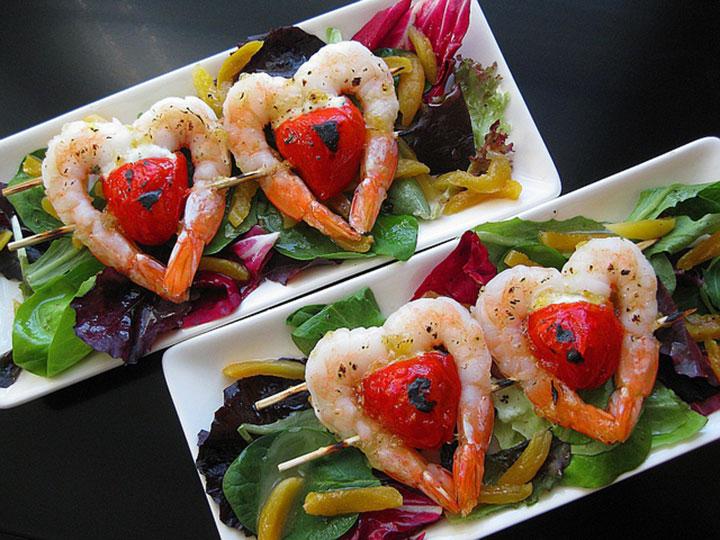 Как украсить салат из креветок