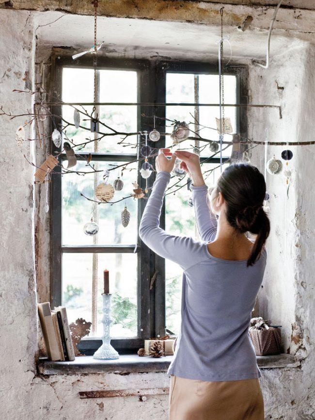 Украшение окна ветвью