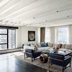 Фото 51: Балочный потолок в современной гостиной