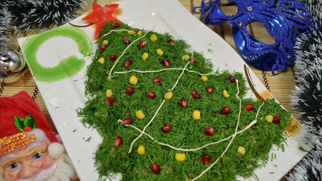 Салат в виде елочки, украшенный укропом