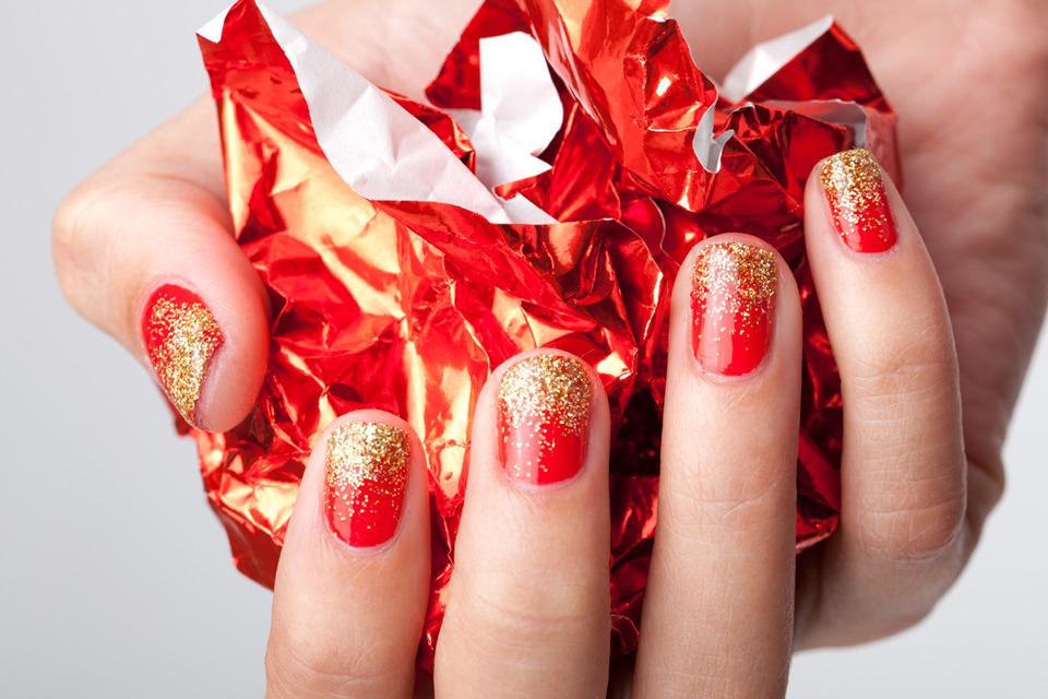 Красный маникюр с золотыми блестками