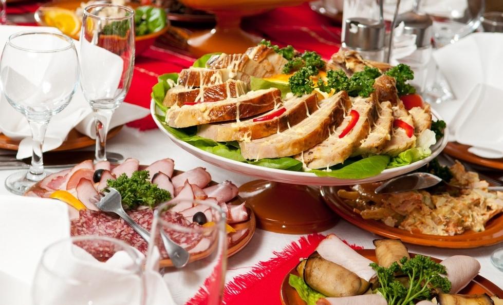 Мясные закуски на столе
