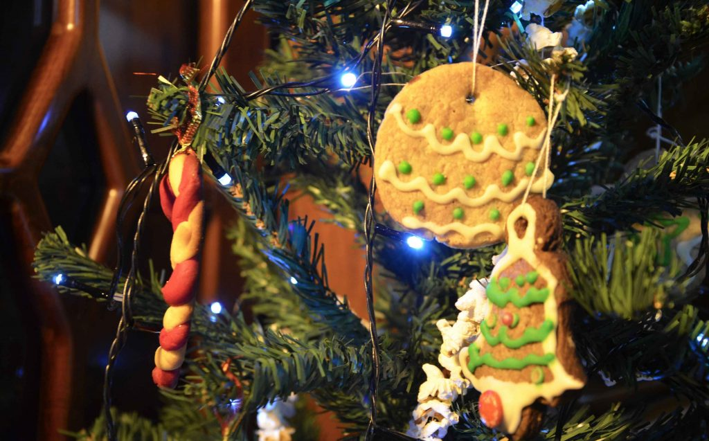 Украшение елки печеньем