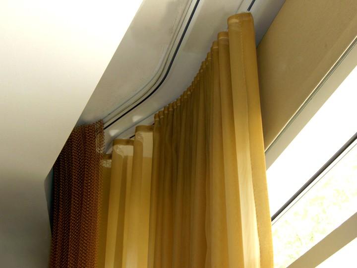 Как выбрать потолочные карнизы для штор