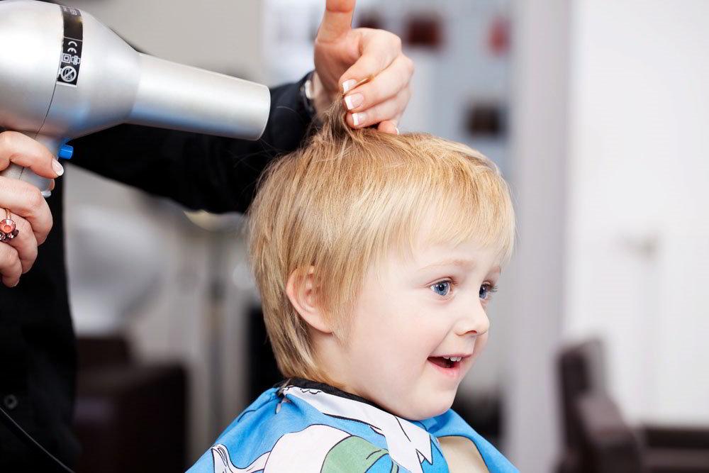 Мальчик у парикмахера
