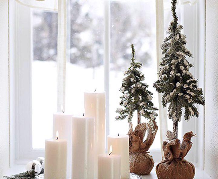 Свечи на новогодних окнах