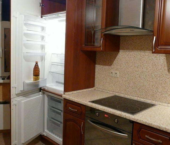 Размещение холодильника за кухонным фасадом