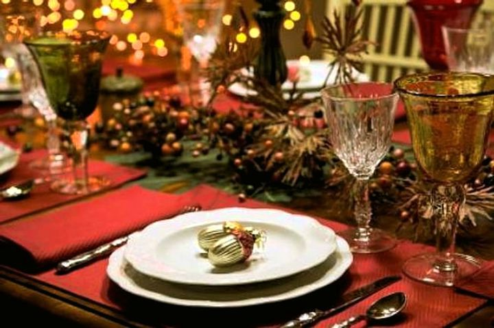 Красиво оформленный новогодний стол.