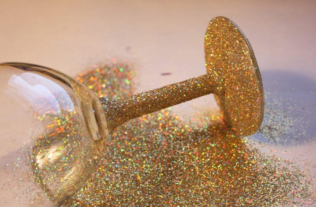 Украшение бокала золотыми блестками