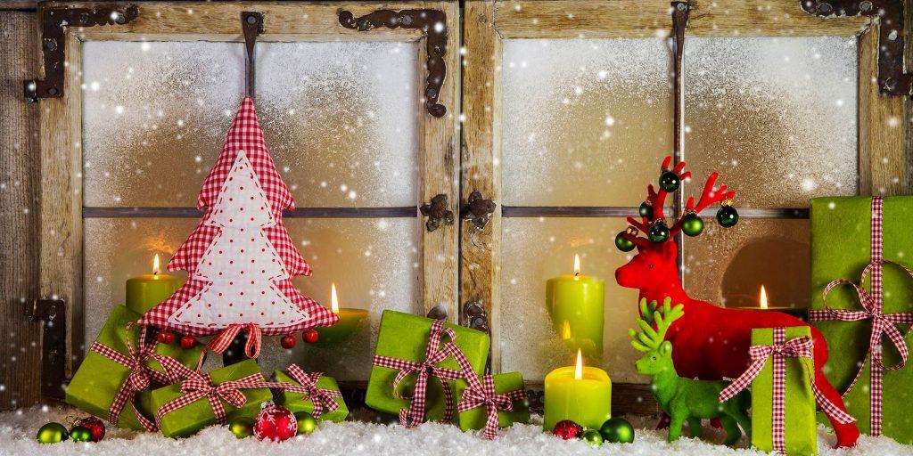 Освещение новогоднего окна свечами