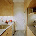 Фото 62: Деревянная мебель вдоль стен в узкой кухне