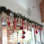 Фото 53: Украшение окна елочными ветвями и игрушками