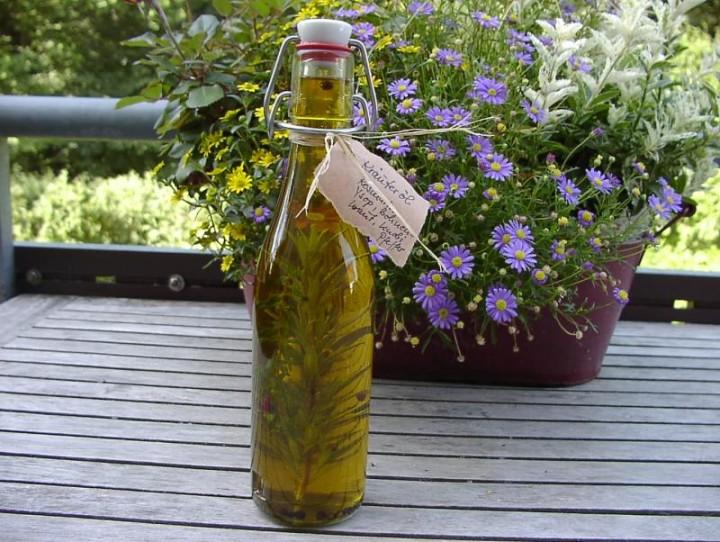 Оригинальные декоративные элементы из стеклянных бутылок