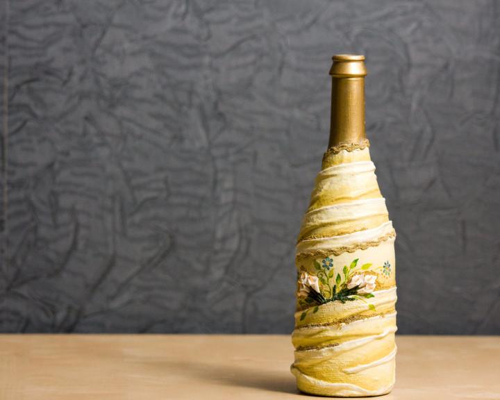 Поделки из стеклянных бутылок украсят любой интерьер
