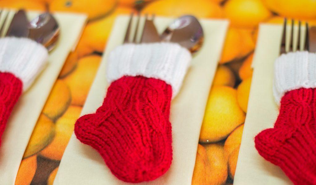 Вязаные кармашки—носочки для новогодних приборов