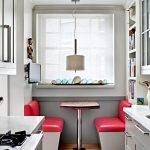 Фото 66: Расположение столика в узкой кухне у окна