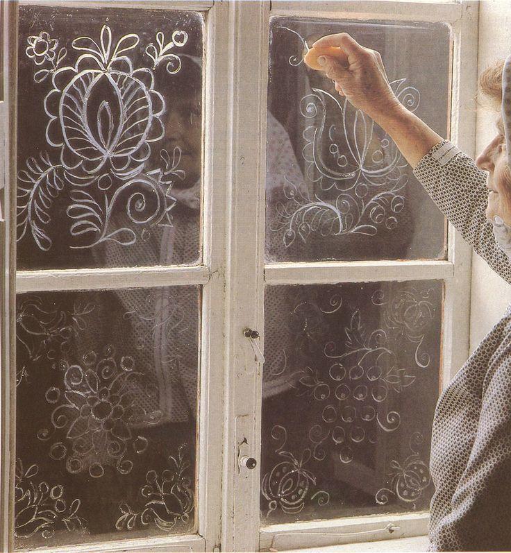 Морозные узоры мылом на окне