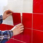 Фото 29: Крепление плитки на стену на нанесенный клей