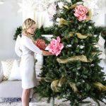Фото 48: Необычное украшение большими цветами елки