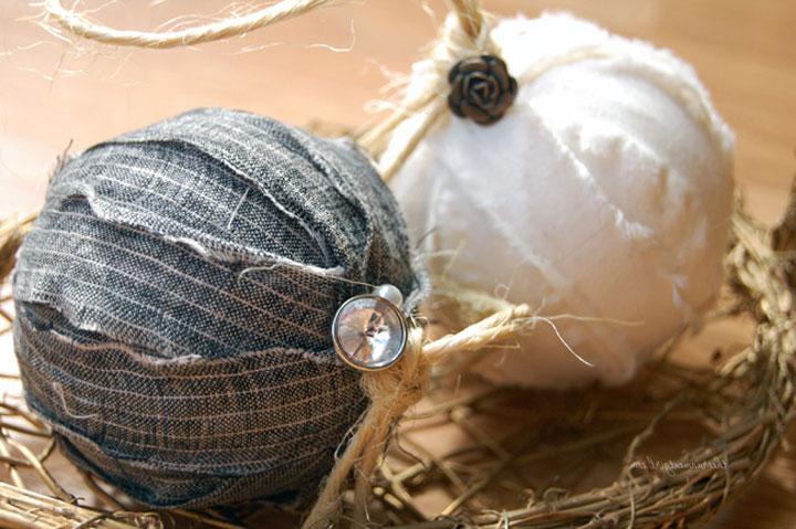 Декорирование новогоднего шара тканью