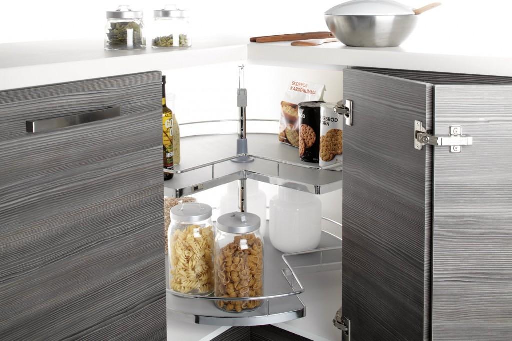 Поворотный модуль на кухне в угловой секции