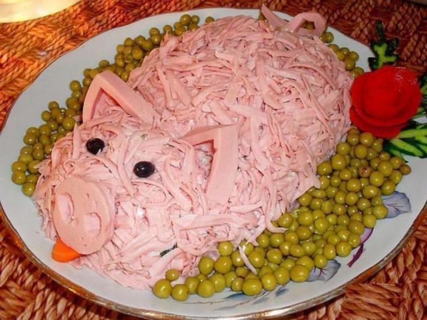 Салат с колбаской в виде свинки