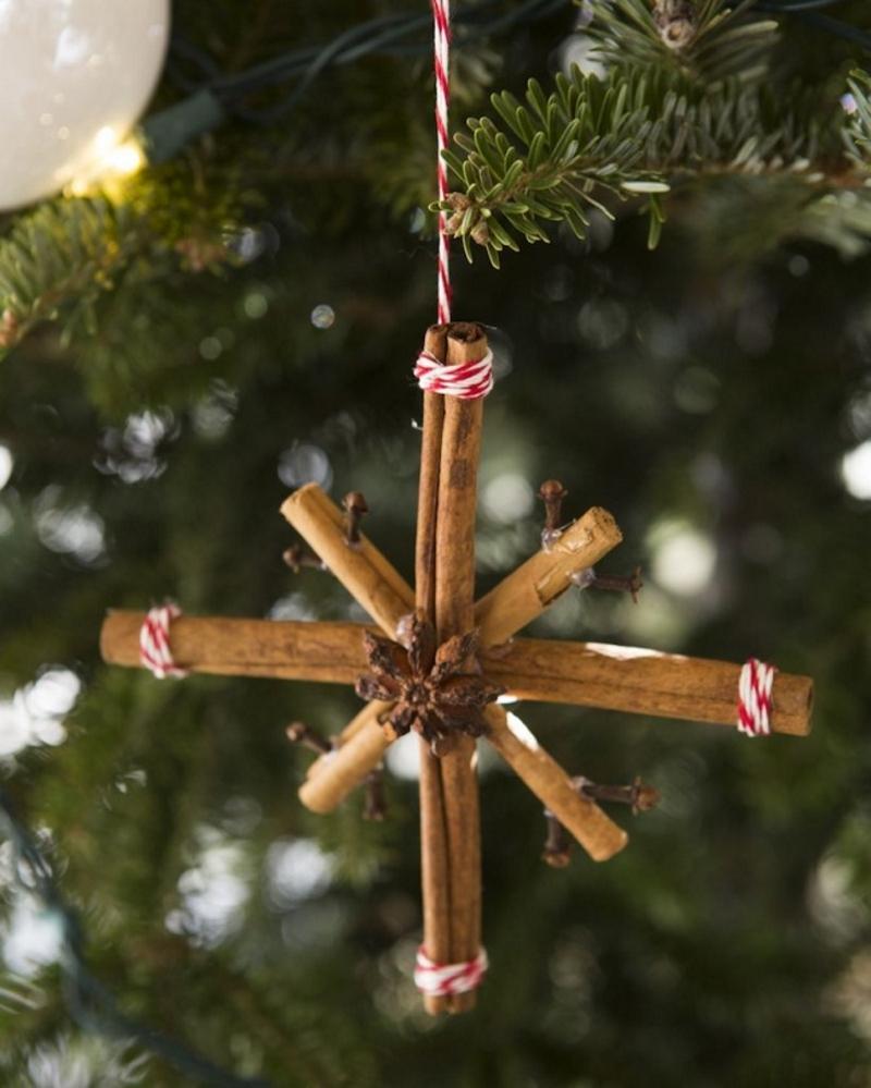 Снежинка на ёлку из корицы